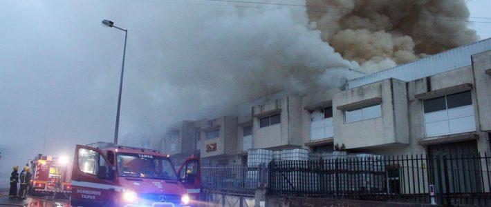 Bombeiros das Taipas combatem incêndio em empresa têxtil